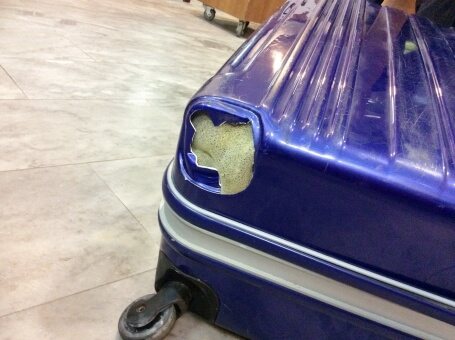 修理が必要なスーツケース