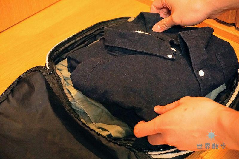 衣類をトラベラブ圧縮バッグにセット