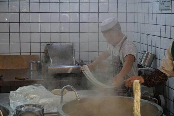 蘭州ラーメンの麺を伸ばしているところ