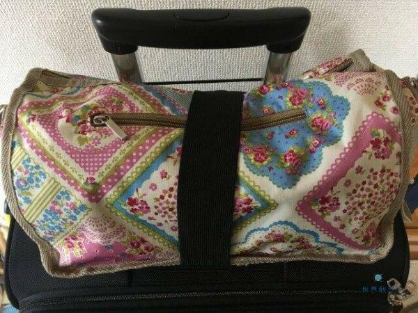 手荷物固定ベルトでバッグを固定
