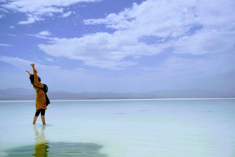 チャカ塩湖の塩を投げている