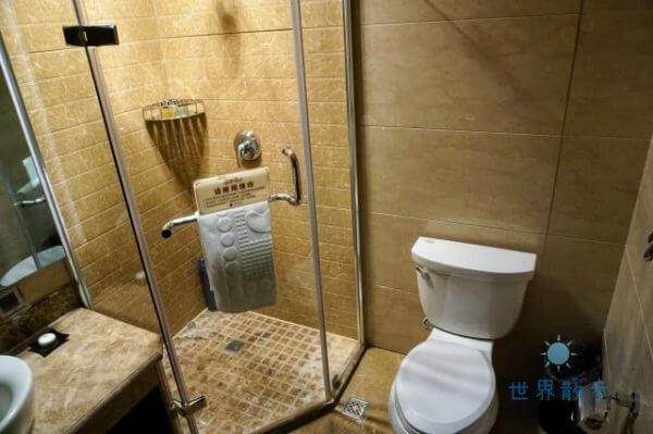 チンハイ チベット レイルウェイ ホテルのバスルーム