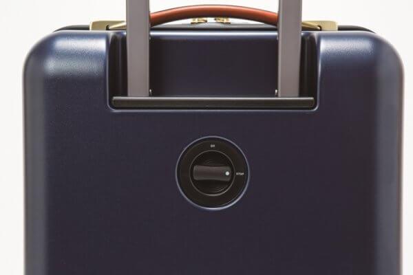 フェリージ・スーツケースに搭載されるキャスターストッパー