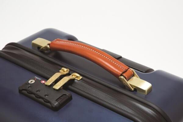バケッタレザーを使用したフェリージ・スーツケースのハンドル