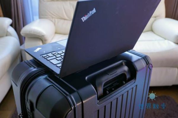スーツケースとパソコン